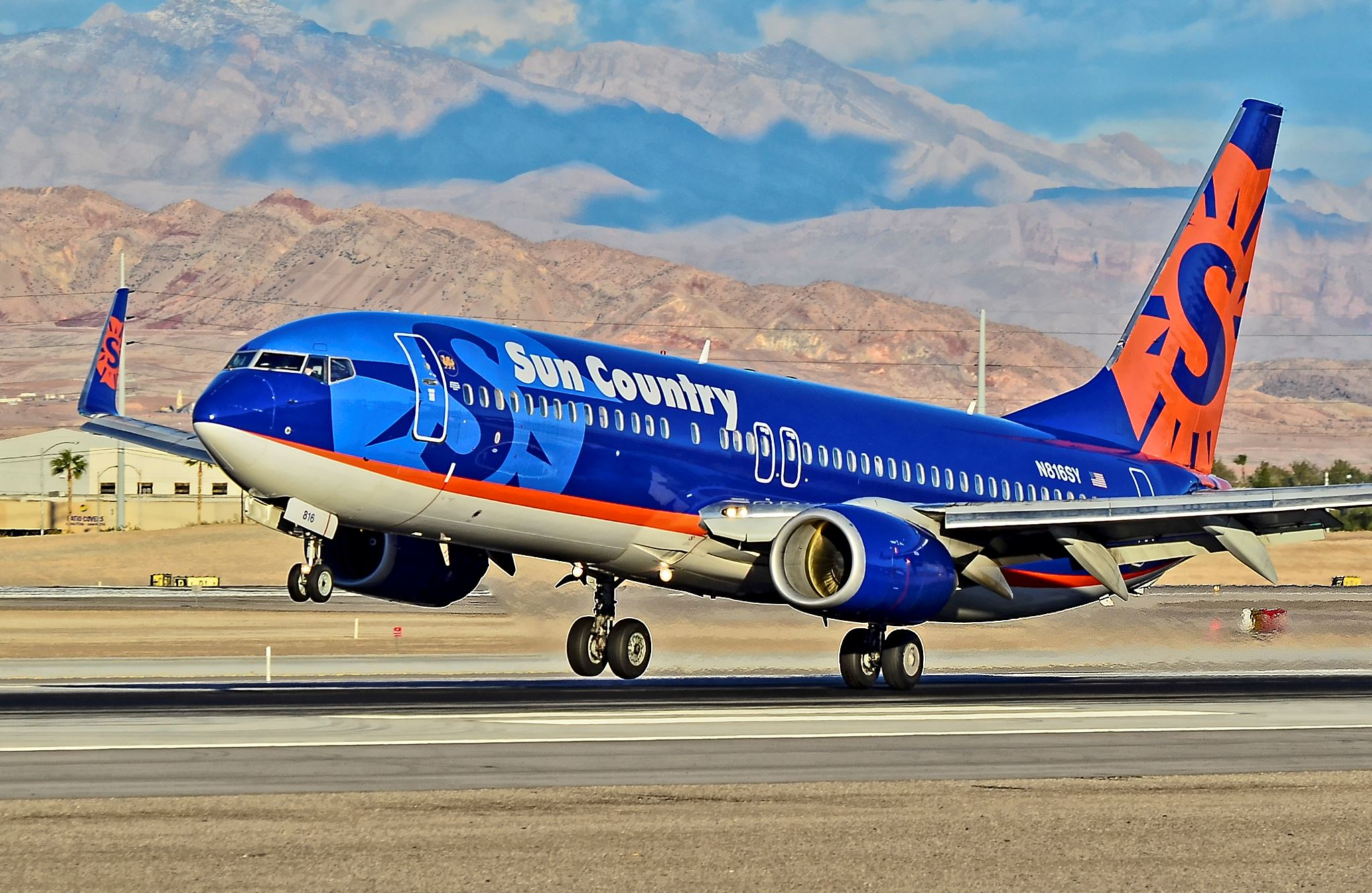 Sun_Country_Airlines_N816SY_Boeing_737-8Q8_(Serial_number_30637)_(8279794468)